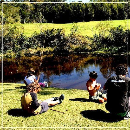 Crianças pescando no borboletário