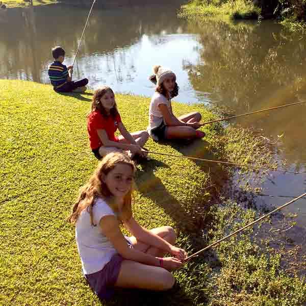Meninas pescando no rio em São Paulo